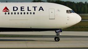 Aeroplano del delta que lleva en taxi en el aeropuerto de Francfort FRA Opinión del primer el equipo de la cabina