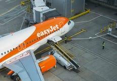 Aeroplano del easyJet de Airbus A320 en la pista de despeque en el terminal del norte del ` s de Londres Gatwick Imagenes de archivo