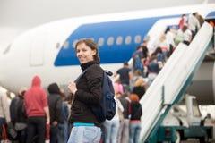 Aeroplano del embarque de la muchacha Imagen de archivo libre de regalías