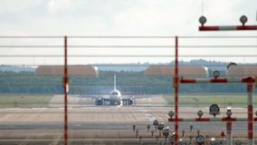Aeroplano del getto che frena dopo l'atterraggio stock footage