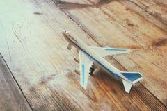 Aeroplano del giocattolo sopra la tavola strutturata di legno Retro immagine di stile Immagine Stock Libera da Diritti