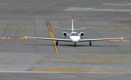Aeroplano del jet de la pequeña empresa en la pista foto de archivo libre de regalías