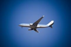 Aeroplano del jet en cielo Imágenes de archivo libres de regalías
