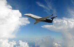Aeroplano del jet en el cielo Fotos de archivo libres de regalías