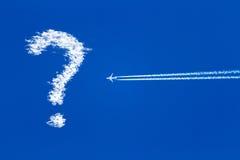 Aeroplano del jet en el cielo azul, signo de interrogación en el cielo Fotos de archivo libres de regalías