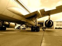 Aeroplano del jet en la pista de despeque Foto de archivo libre de regalías