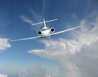 Aeroplano del jet privado en el cielo foto de archivo