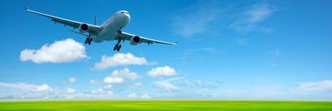 Aeroplano del jet in un cielo Fotografia Stock