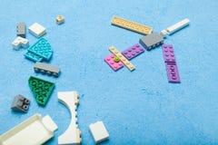 Aeroplano del juguete de los cubos Fondo para una tarjeta de la invitaci?n o una enhorabuena fotos de archivo