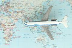 Aeroplano del juguete en una correspondencia de mundo Imagen de archivo