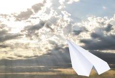 Aeroplano del Libro Bianco in un cielo blu con le nuvole Il simbolo del messaggio nel messaggero Fotografia Stock Libera da Diritti