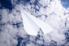 Aeroplano del Libro Bianco in un cielo blu con le nuvole Il simbolo del messaggio nel messaggero Immagine Stock