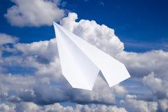 Aeroplano del Libro Bianco in un cielo blu con le nuvole Il simbolo del messaggio nel messaggero Immagini Stock Libere da Diritti