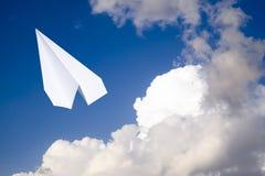 Aeroplano del Libro Bianco in un cielo blu con le nuvole Il simbolo del messaggio nel messaggero Fotografie Stock