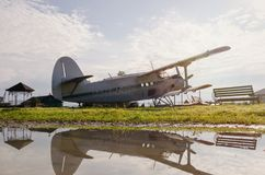 Aeroplano del país en el estacionamiento Imagen de archivo libre de regalías