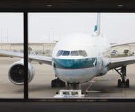 Aeroplano del pasajero de Cathay Pacific en el aeropuerto imágenes de archivo libres de regalías