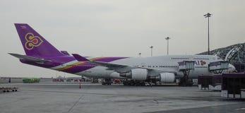 Aeroplano del pasajero en el aeropuerto de Bangkok imagen de archivo libre de regalías