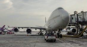 Aeroplano del pasajero en el aeropuerto de Bangkok foto de archivo libre de regalías