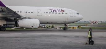 Aeroplano del pasajero en el aeropuerto de Bangkok fotos de archivo