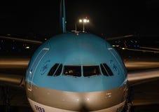 Aeroplano del pasajero en el aeropuerto de la noche fotos de archivo libres de regalías