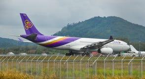 Aeroplano del pasajero en el aeropuerto de Phuket foto de archivo
