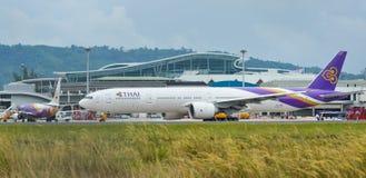 Aeroplano del pasajero en el aeropuerto de Phuket imagen de archivo