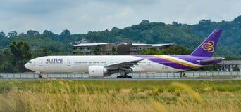 Aeroplano del pasajero en el aeropuerto de Phuket imágenes de archivo libres de regalías
