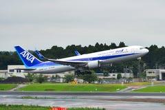 Aeroplano del pasajero en el aeropuerto de Tokio Narita fotografía de archivo libre de regalías