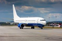 Aeroplano del pasajero en la pista Foto de archivo libre de regalías
