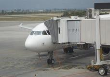 Aeroplano del pasajero que atraca a la terminal de la puerta Imágenes de archivo libres de regalías