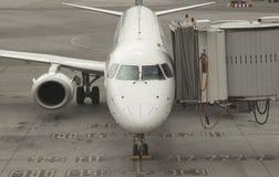 Aeroplano del pasajero que atraca a la terminal de la puerta Fotos de archivo libres de regalías