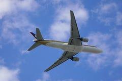 Aeroplano del pasajero que saca del aeropuerto fotos de archivo
