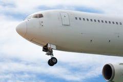 Aeroplano del pasajero que se acerca a un aeropuerto foto de archivo