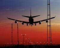 Aeroplano del pasajero y luces de aterrizaje Imagenes de archivo