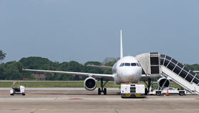 Aeroplano del passeggero all'aeroporto Fotografia Stock Libera da Diritti