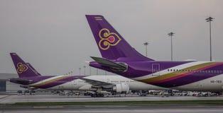 Aeroplano del passeggero all'aeroporto di Bangkok immagini stock
