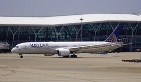 Aeroplano del passeggero all'aeroporto immagine stock libera da diritti