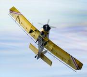 Aeroplano del plumero de la cosecha en el cielo imagen de archivo libre de regalías