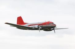 Aeroplano del propulsor del vintage contra el cielo nublado Fotografía de archivo