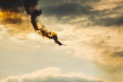 Aeroplano del truco del vuelo en el sol crepuscular Imagen de archivo