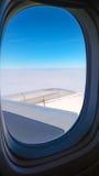 Aeroplano del vuelo de la opinión del ala del aeroplano imagenes de archivo
