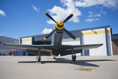 Aeroplano delante del hangar, WIndsor Airpor admitida del vintage Fotos de archivo