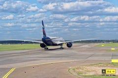 Aeroplano della linea aerea di Aeroflot sulla pista pronta per l'inizio Aeroporto di Sheremetyevo, Mosca Immagini Stock