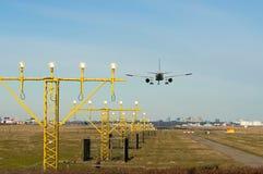 Aeroplano di atterraggio con gli indicatori luminosi Immagine Stock