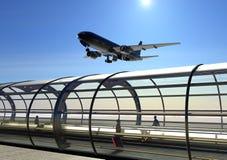 Aeroplano di atterraggio e terminale di aeroporto fotografia stock