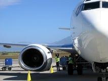 Aeroplano di caricamento della squadra Immagini Stock