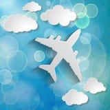 Aeroplano di carta con le nuvole di carta su un fondo dell'aria blu con la b Fotografie Stock