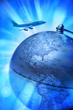 Aeroplano di corsa del globo del mondo fotografia stock libera da diritti