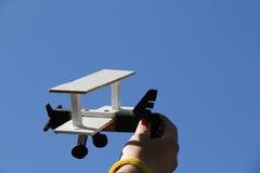 Aeroplano di modello su cielo blu Fotografia Stock