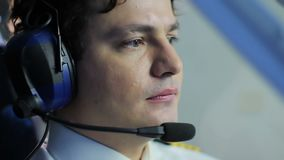 Aeroplano di navigazione pilota nervoso nella zona di turbolenza, momenti pericolosi video d archivio